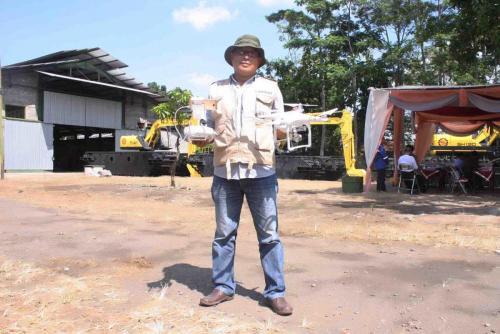 Ririsaci-Studio-Jasa-Video-Shooting-Surabaya-Sidoarjo-Bapak-Edi-Amphibious-Excavator-Sidoarjo